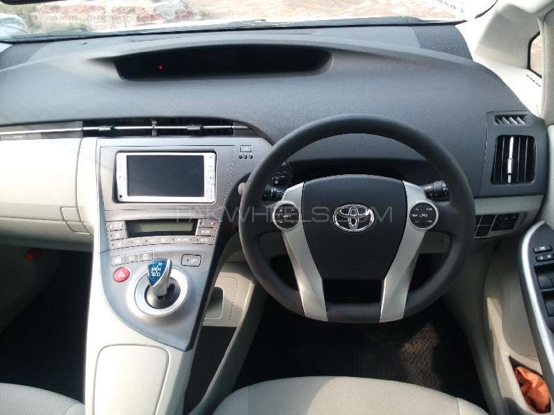 Toyota Prius S 1.8 2013 Image-9