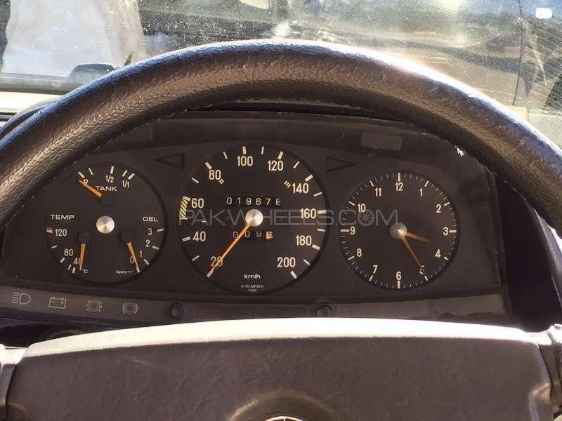 Mercedes Benz 250 D 1977 Image-10