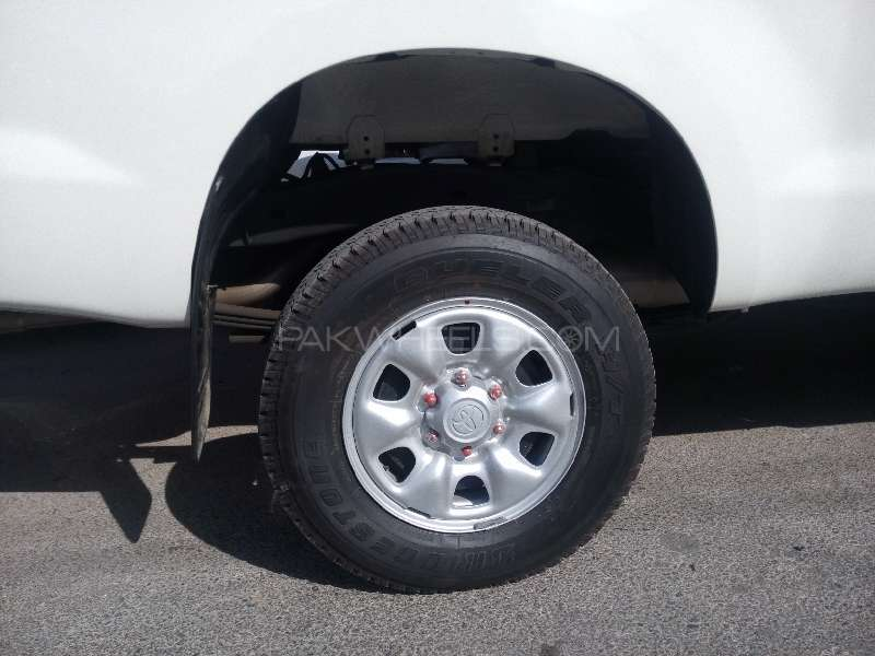 Toyota Hilux 4x4 Single Cab Standard 2015 Image-5