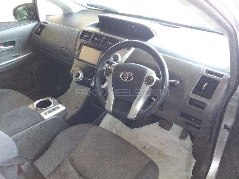 Toyota Prius Alpha G Touring 2012 Image-9
