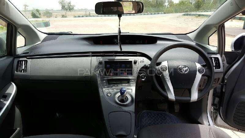 Toyota Prius G Touring Selection 1.8 2011 Image-9