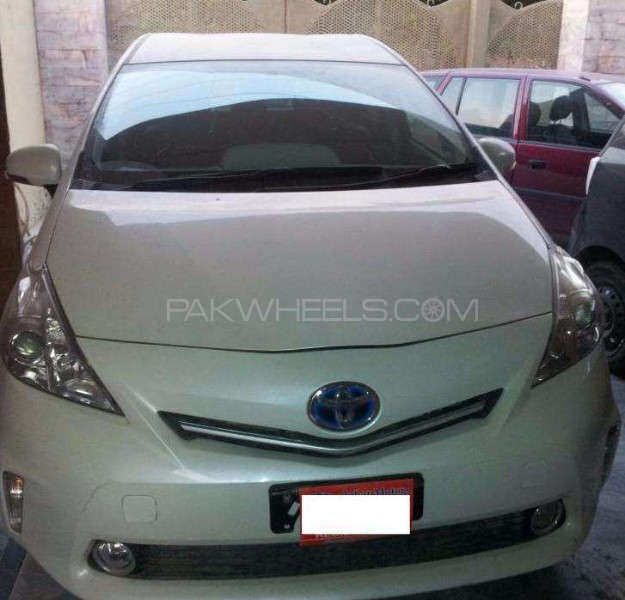 Toyota Prius Alpha G Touring 2011 Image-1