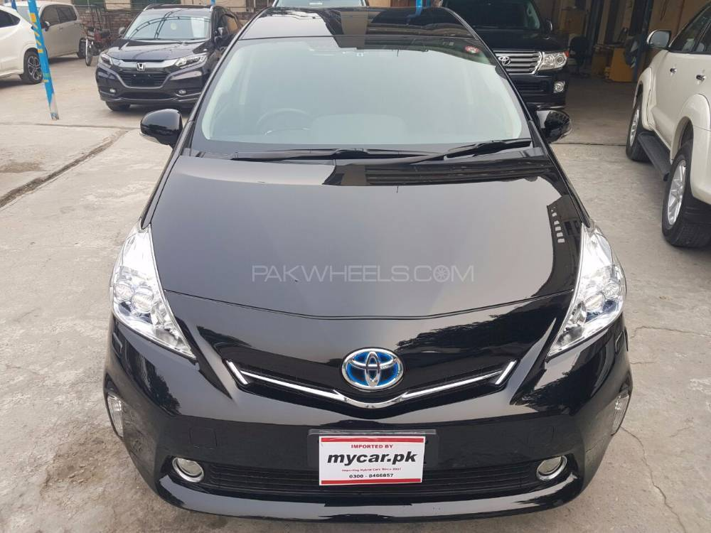 toyota prius alpha 2013 for sale in lahore pakwheels. Black Bedroom Furniture Sets. Home Design Ideas
