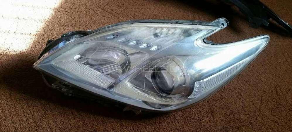 Toyota prius head light Image-1
