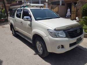 Slide_toyota-hilux-4x4-double-cab-standard-2014-17015395
