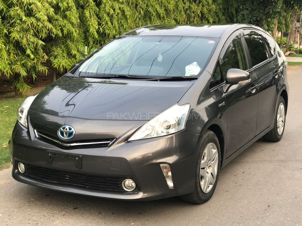toyota prius alpha g 2013 for sale in lahore pakwheels. Black Bedroom Furniture Sets. Home Design Ideas