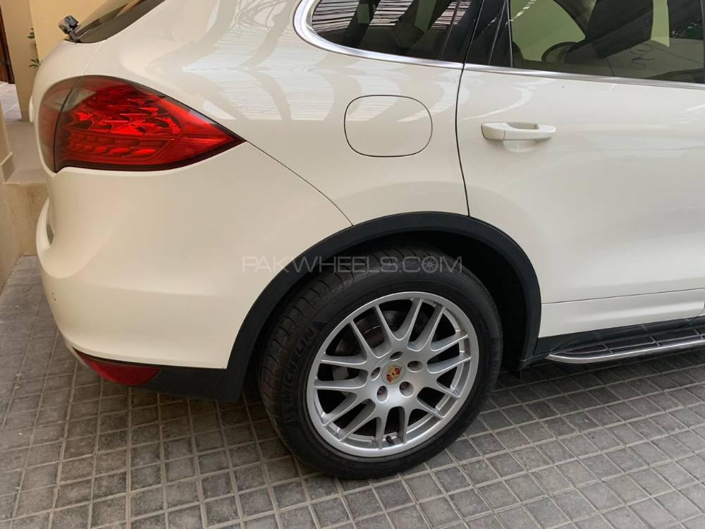 Porsche Cayenne Base Model 2011 Image-1
