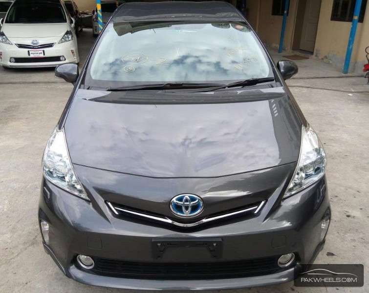 used toyota prius alpha 2012 car for sale in lahore 1215583 pakwheels. Black Bedroom Furniture Sets. Home Design Ideas