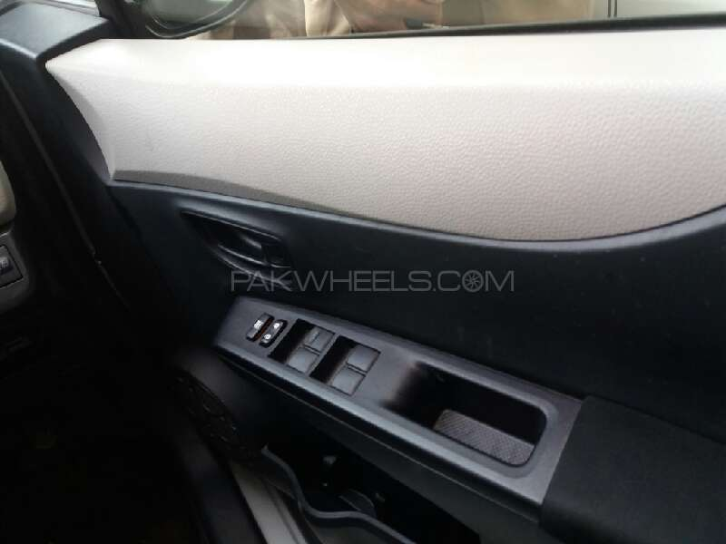 Toyota Vitz 2012 Image-12